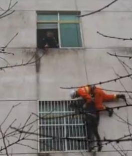 女子跳楼轻生 坠落瞬间消防员飞身抱住