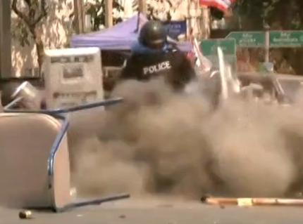 实拍泰国警察踢开手榴弹瞬间爆炸