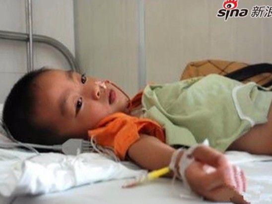 【拍客】云南幼儿园鼠药中毒事件家长采访