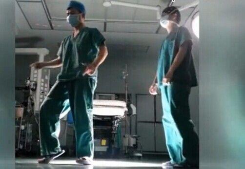 视频:医生手术室斗舞神曲《小苹果》