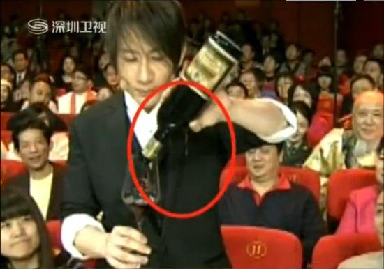 视频:网友揭秘刘谦酒杯穿透红酒瓶魔术