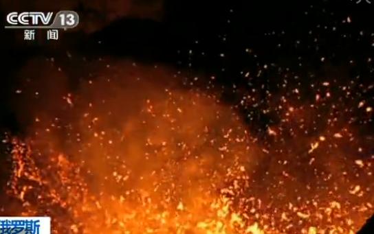 实拍俄火山喷发