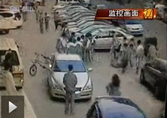 视频:实拍20余名初中生围殴两同学 持砖砸头部