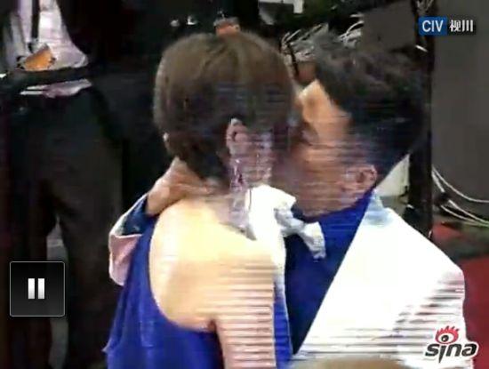 王宝强激吻妻子