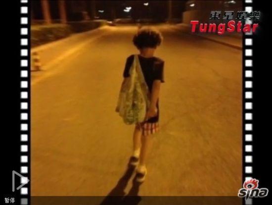 视频:海清晒爱子背影照 卷发小潮男可爱