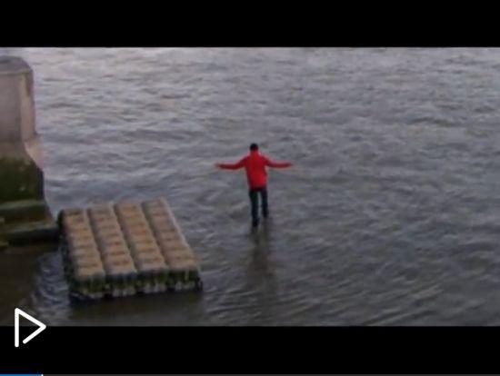 实拍男子水上行走