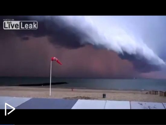 视频:风暴逼近海滩黑云压境壮观似大片