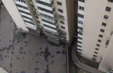 视频:女婴从22楼窗户摔下死亡