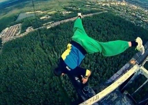 视频:男子高空挑战超高难度动作