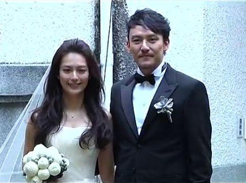 张震大婚携新娘恩爱亮相秀70万婚纱