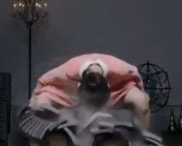 日本空手道美女穿粉色洋装砸15层瓦片