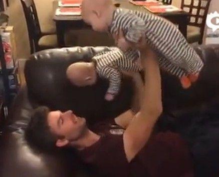 小伙儿拿双胞胎儿子当哑铃锻炼身体