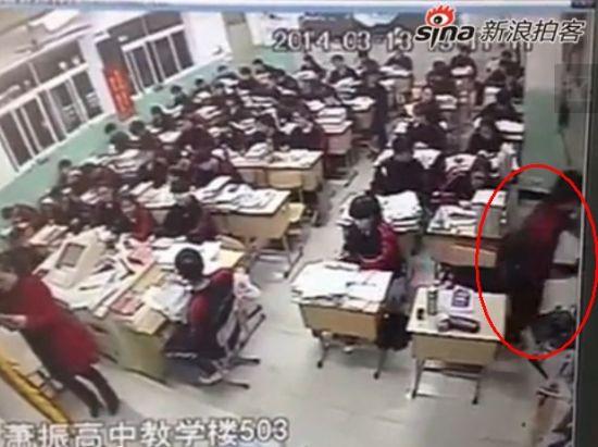 监拍高三学生上课时突然翻窗跳楼