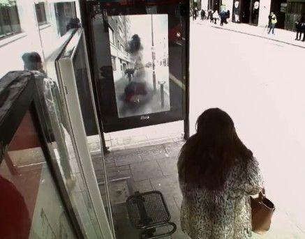 公交站玻璃变法逗你玩 花式恶搞吓傻路人