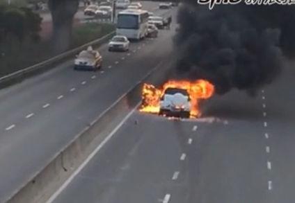 实拍SUV自燃浓烟滚滚