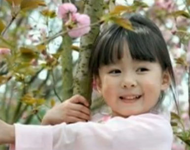 四岁小女孩意外走红 网络人称樱花小萝莉