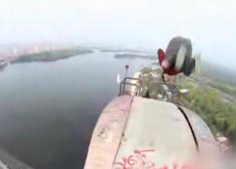 用生命在挑战! 百米高桥后空翻真惊险