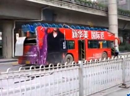"""南宁双层公交车撞上限高框被""""削顶"""""""