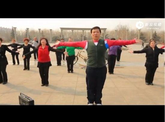 视频:大叔大妈广场舞版欢乐快闪