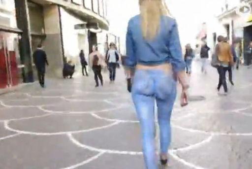美女穿画出来的牛仔裤逛街