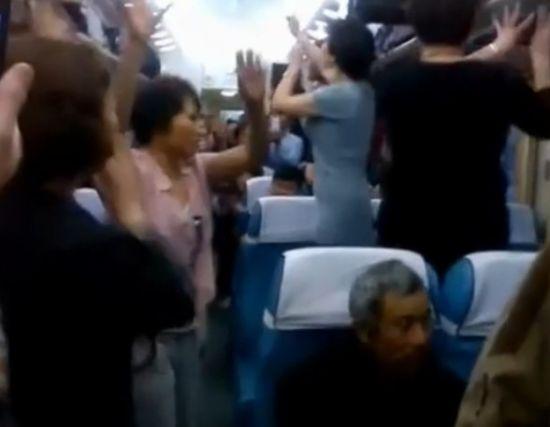 中国大妈火车车厢内大飙广场舞 气氛热烈