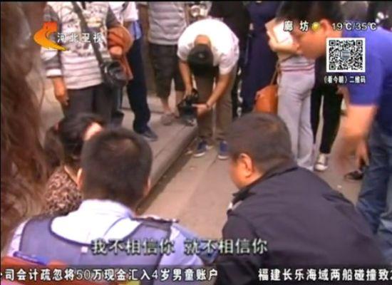 女子执意给骗子汇款被劝躺地打滚挠伤民警