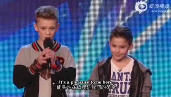 英国达人秀 两男孩献唱超好听反欺凌歌曲