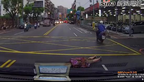 实拍女子冲到车前倒地装死碰瓷吓坏司机