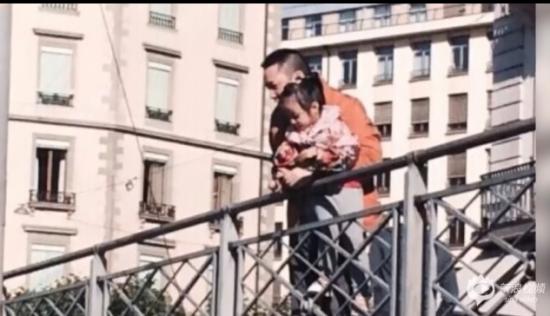 赵薇老公带小四月度假 父女俩看风景