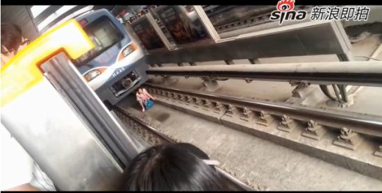 实拍北京地铁13号线一孕妇掉下地铁站