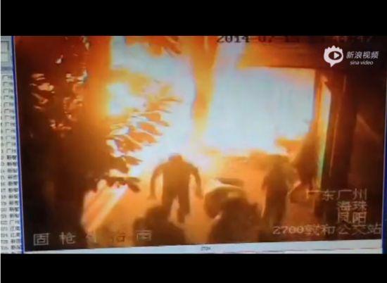 公交车燃烧车站监控曝光 乘客被气浪掀翻