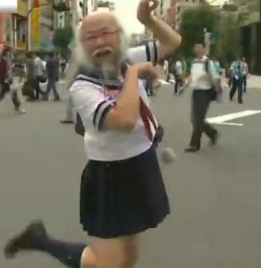 日本大叔穿水手服扮萝莉 称这样更像自己