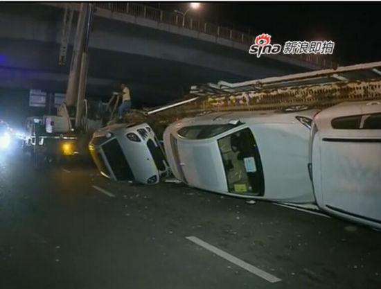 长挂车高速路侧翻摔坏11辆豪车损失千万