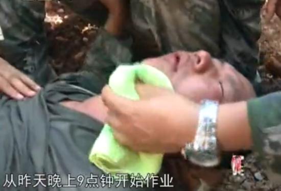 地震救援战士连续奋战19小时 废墟上晕倒