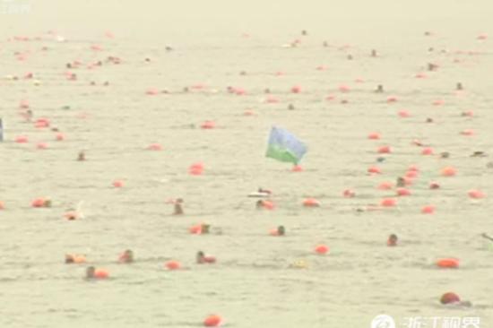 航拍千人参与杭州横渡钱塘江游泳比赛