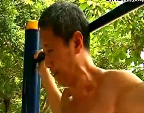 61岁健身达人秀绝技双手支撑倒立爬钢管