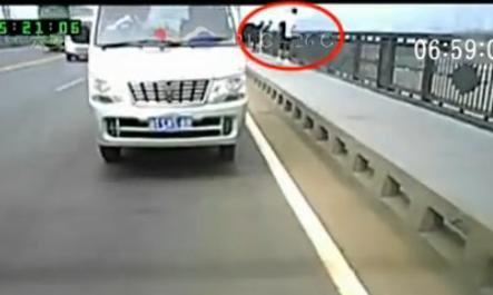 行车记录仪拍下女子跳江坠落瞬间