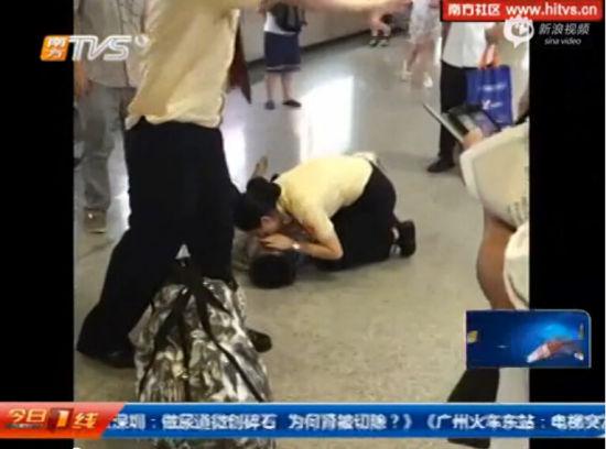 监拍老人突晕倒 地铁女站长人工呼吸施救