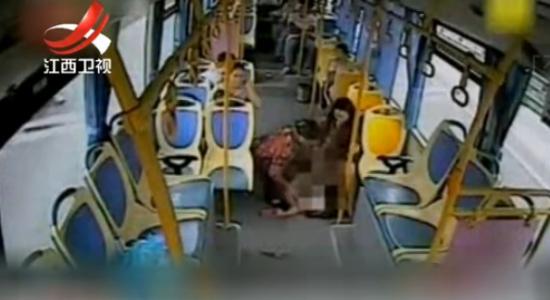 实拍孕妇公交车产子 司机乘客齐救助