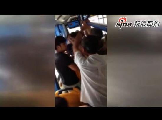 男子公交车上不让座被多名老人暴打